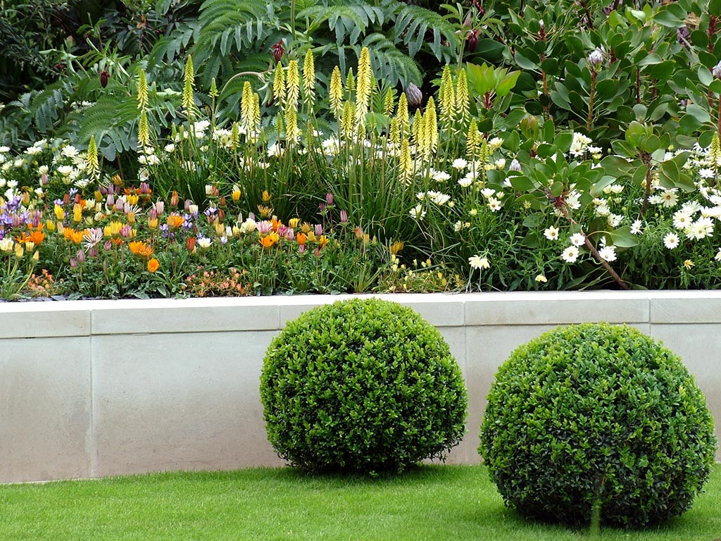 flower bed lawn Spread out your yard with green  big lawn gardens