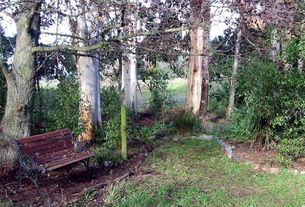 Garden benches seats for Garden design under gum trees
